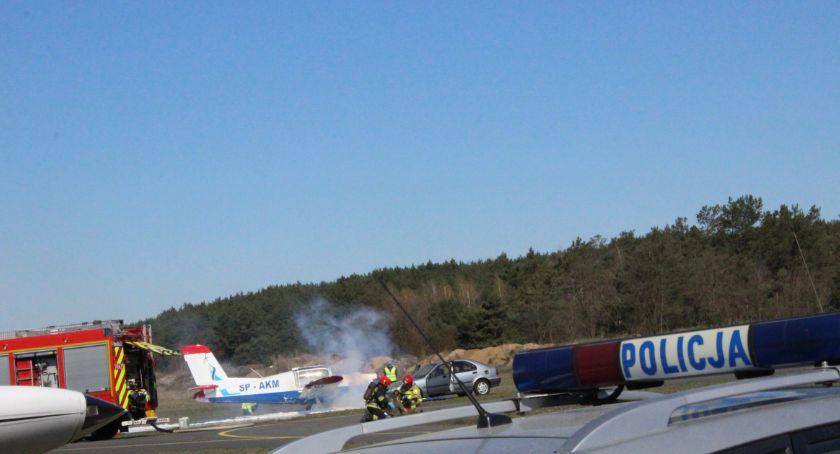 Wypadki, Pogotowie straż policjanci psami tropiącym toruńskim lotnisku wydarzyło [FOTO] - zdjęcie, fotografia