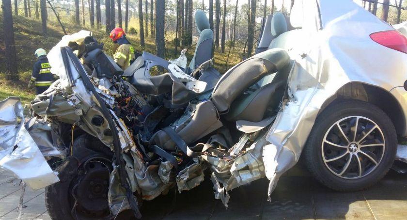 Wypadki, Osobówka zmiażdżona przez ciężarówkę trasie Toruń Bydgoszcz zginął nastoletni kierowca - zdjęcie, fotografia