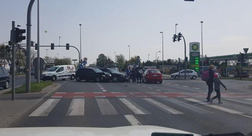 Wypadki, Uwaga! Zderzenie dwóch skrzyżowaniu Toruniu - zdjęcie, fotografia