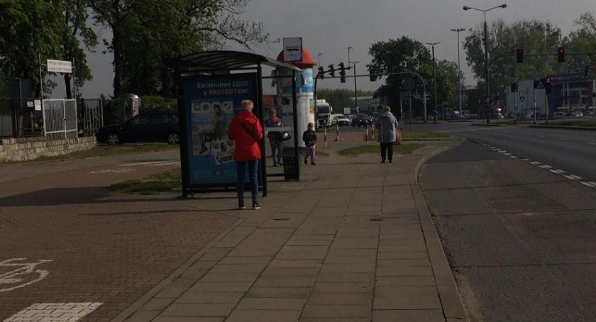 Straż Miejska, Dlaczego letni senior siedział przystanku piżamie - zdjęcie, fotografia