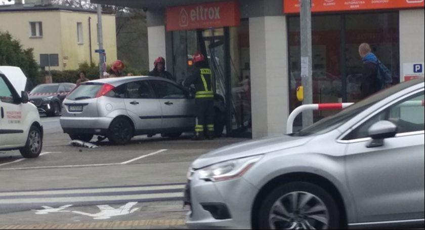 Wypadki, Toruniu samochód wjechał sklepową witrynę! [FOTO] - zdjęcie, fotografia