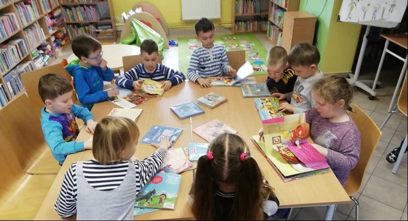 Wydarzenie, Ogólnopolski Tydzień Bibliotek Popularna pisarka odwiedzi podtoruńską bioliotekę - zdjęcie, fotografia