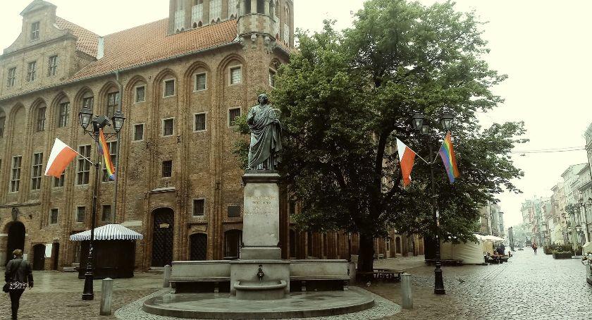 Wiadomości, Toruniu zawisły tęczowe flagi Dlaczego [FOTO] - zdjęcie, fotografia