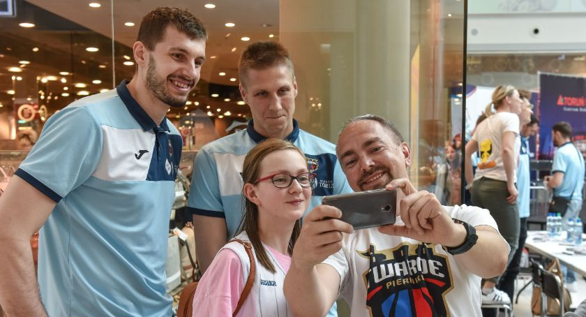 Koszykówka, Koszykarze Twardych Pierników spotkali kibicami przed finałami - zdjęcie, fotografia