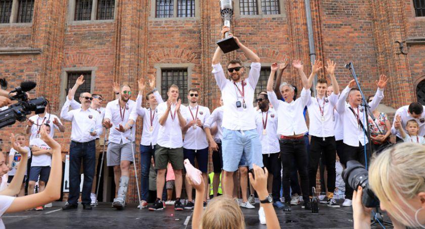 Koszykówka, Wicemistrzostwo Polski Twardych Pierników Toruń świętował sukces [FOTO] - zdjęcie, fotografia