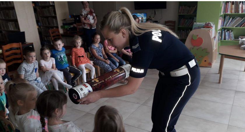 Ciekawostki, Policja gminnej bibliotece Dzieci uczyły bezpieczństwie - zdjęcie, fotografia