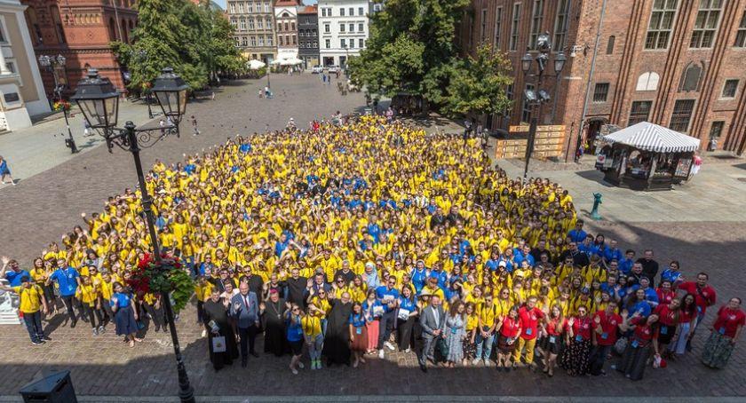 Religia, młodych ludzi żółtych koszulkach opanowało Toruń [FOTO] - zdjęcie, fotografia