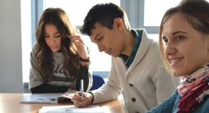 Szkoły i licea, Toruniu trwają zapisy bezpłatne kursy językowe - zdjęcie, fotografia