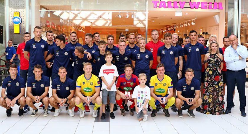 Piłka Nożna, Prezentacja Elany Toruń Plaza Żółto niebiescy gotowi walki awans - zdjęcie, fotografia