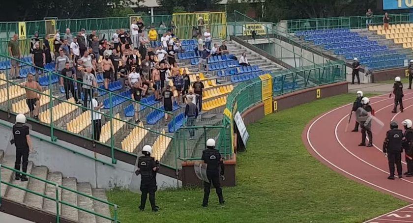 Piłka Nożna, Niespokojnie meczu Elany Toruń Policja zatrzymała kiboli [WIDEO] - zdjęcie, fotografia