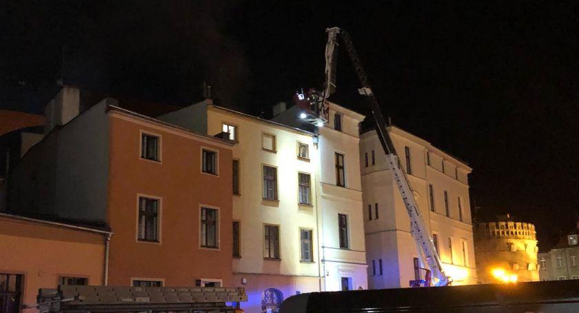 Straż pożarna, Poważne straty materialne pożarze kamienicy toruńskiej starówce - zdjęcie, fotografia