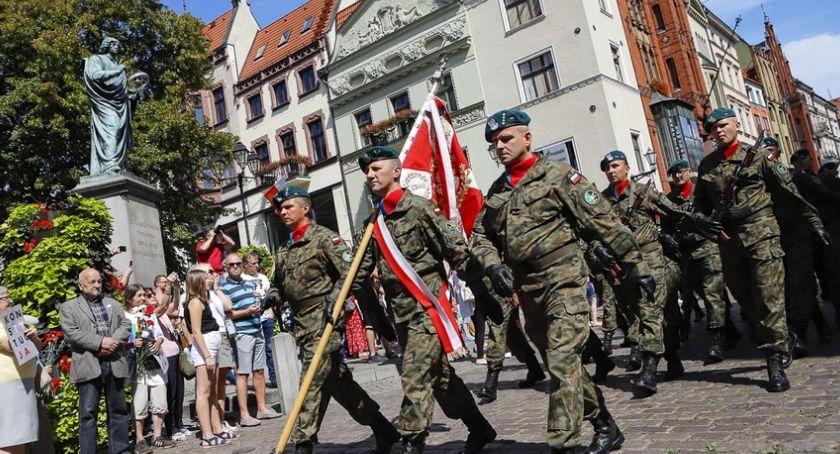 Kujawsko-Pomorskie, mieszkańcy Torunia uczcili Święto Wojska Polskiego [FOTO] - zdjęcie, fotografia