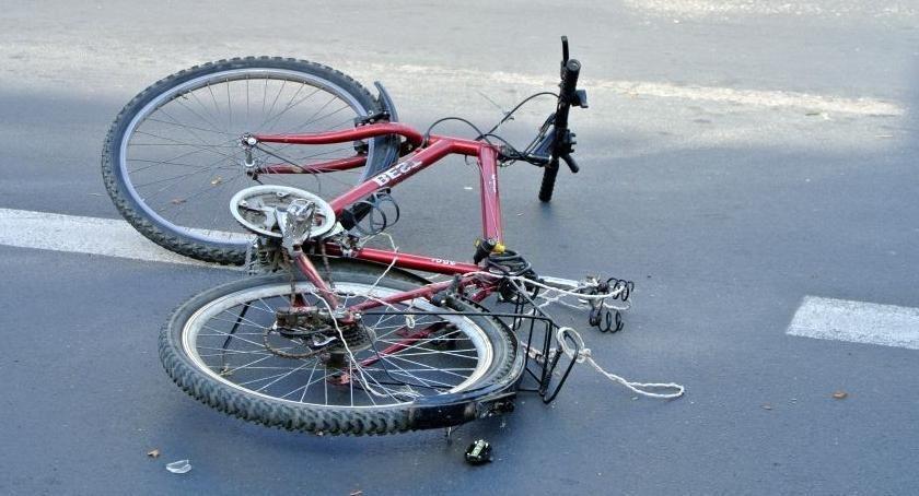 Wypadki, Wypadek Toruniu letnie dziecko wjechało rowerem koła samochodu! - zdjęcie, fotografia