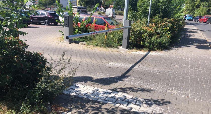 """Drogi, Największy """"bezpłatny"""" parking okolicach starówki zamknięty niepożądanych gości - zdjęcie, fotografia"""