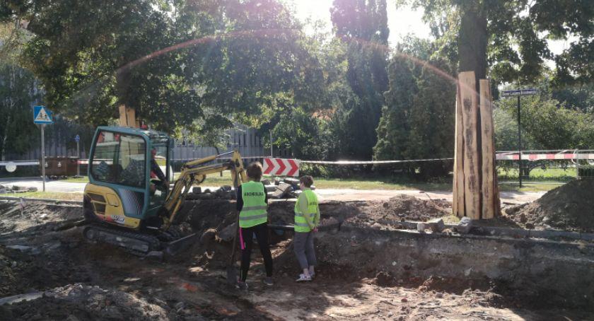 Ciekawostki, Niezwykłe odkrycie archeologiczne podczas przebudowy ulicy Toruniu - zdjęcie, fotografia