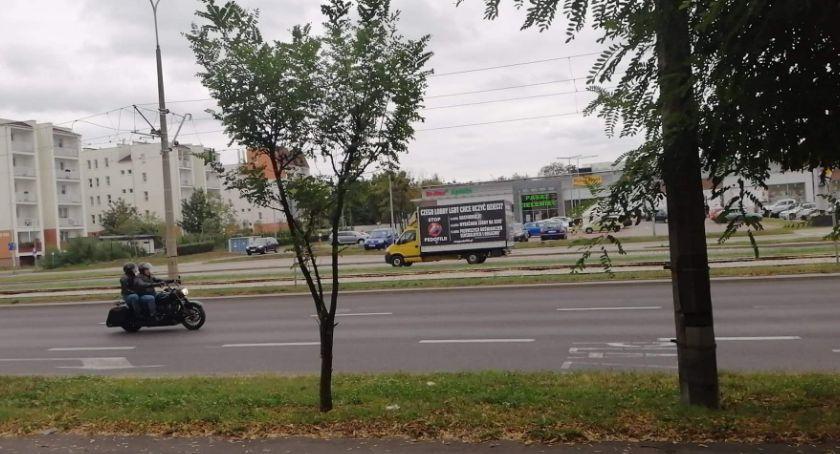 Wiadomości, Toruniu jeździ samochód który reklamuje kontrowersyjne treści [FOTO] - zdjęcie, fotografia