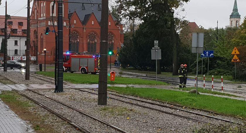 Straż pożarna, Nieprzejezdna Uniwersytecka wjazd blokują strażacy dzieje [FOTO] - zdjęcie, fotografia