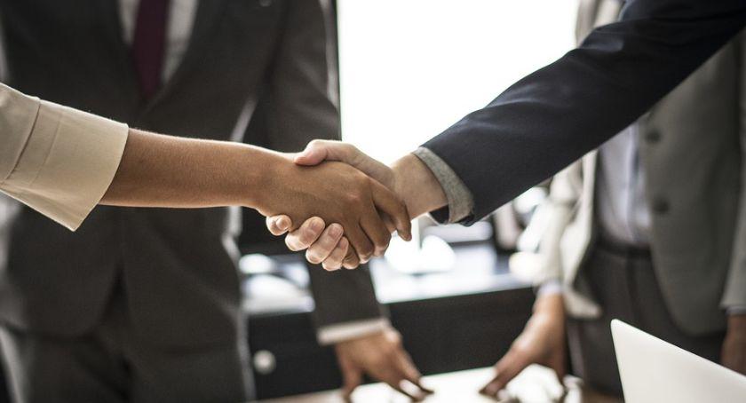 Biznes, Globalny gigant Wielkiej Brytanii pomoże rozwijać biznes toruńskim przedsiębiorcom - zdjęcie, fotografia