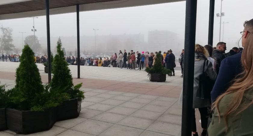 Uczelnie wyższe, Ogromna kolejka przed Aulą Studenci czekają mają powody - zdjęcie, fotografia