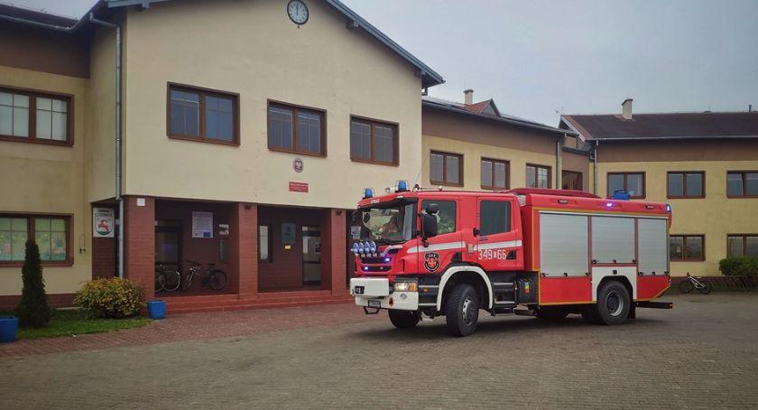 Straż pożarna, Akcja strażaków podtoruńskiej szkole dziewczynki trafiły szpitala! - zdjęcie, fotografia