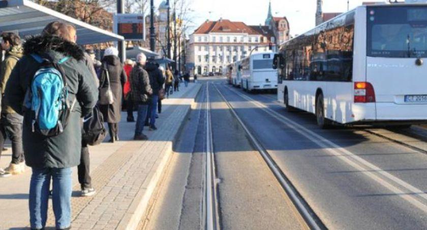 Komunikacja miejska, Miasto zakończyło współpracę firmą kontrolującą bilety Toruniu - zdjęcie, fotografia