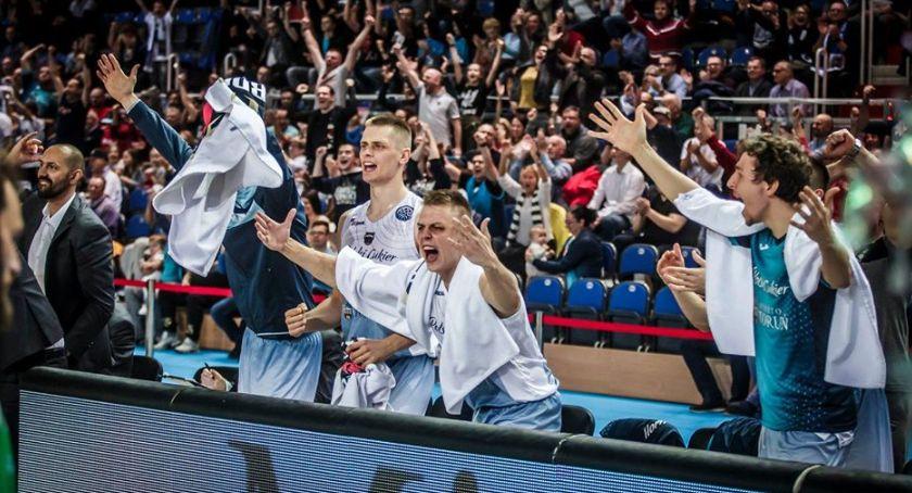 Koszykówka, Pewne zwycięstwo Twardych Pierników hicie kolejki - zdjęcie, fotografia