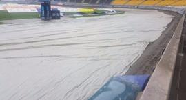 Klub przechytrzy pogodę? Zobacz, jak KS Toruń walczy z padającym deszczem!
