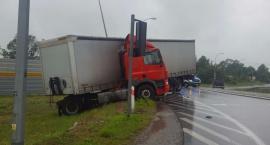 Wypadek pod Toruniem. TIR wpadł w poślizg [FOTO]