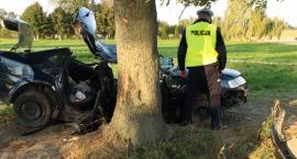 Pijany kierowca uderzył samochodem w drzewo. Zginęły dwie młode osoby!