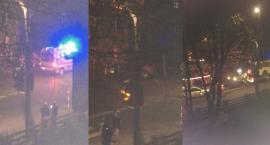 W nocy samochód staranował znak i słupki! [FILMIK, FOTO]