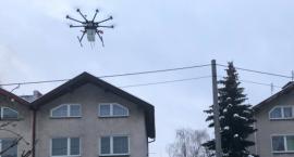 Dron wykrył na Wrzosach spalanie odpadów! Jaka reakcja właściciela domu? [WIDEO]