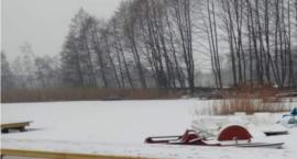 Tragedia na jeziorze w regionie! Nie żyje mężczyzna, pod którym załamał się lód
