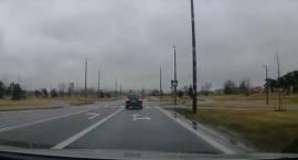 Laweciarz złamał kilka przepisów na jednym skrzyżowaniu w Toruniu [WIDEO]