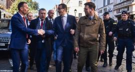 Mateusz Morawiecki odwiedził Toruń. Przywitali go zwolennicy i przeciwnicy [FOTO]