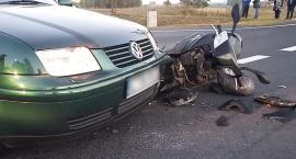 Groźny wypadek pod Toruniem. Kierowca samochodu nie ustąpił przejazdu motorowerzyście [FOTO]