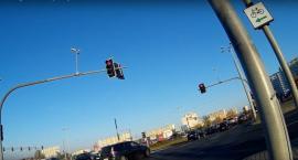 Tak kierowcy lekceważą czerwone światła na ul. Przy Skarpie w Toruniu [WIDEO]