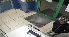 Policja poszukuje mężczyzny, który uszkodził bankomat w Toruniu. Rozpoznajesz go? [FOTO]