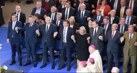 Politycy tańczą w Arenie Toruń. Ten filmik jest hitem internetu [WIDEO]