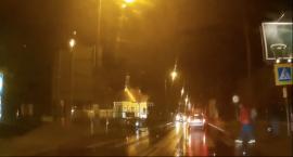 Policja prawie potrąciła pieszych na pasach w Toruniu [WIDEO]
