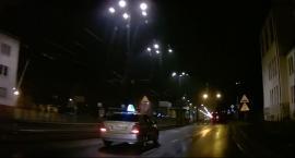Taksówkarz prawie potrącił pieszego na pasach w Toruniu [WIDEO]
