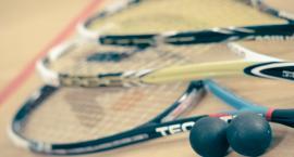 Tenis w zamknięciu? To wielkie uproszczenie. Sprawdź, dlaczego warto grać w squasha