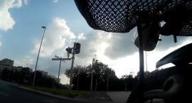 Czy na tym skrzyżowaniu sygnalizacja świetlna zapewnia bezpieczeństwo? [WIDEO]