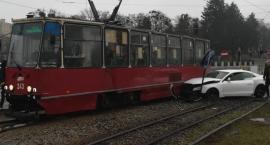 Samochód wjechał pod tramwaj w Toruniu [FOTO]