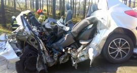 Osobówka zmiażdżona przez ciężarówkę. Na trasie Toruń - Bydgoszcz zginął nastoletni kierowca