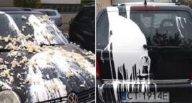 Zniszczony samochód zaparkowany Na Skarpie. Ważny apel do mieszkańców Torunia