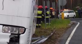 Autobus wjechał pod Toruniem w barierki [FOTO]
