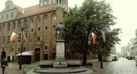 W Toruniu zawisły tęczowe flagi. Dlaczego? [FOTO]