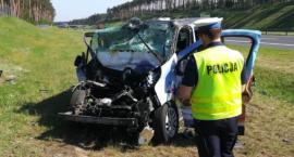 Bardzo niebezpieczny wypadek na A1. Kierowca zasnął i wjechał w ciężarówkę [FOTO]