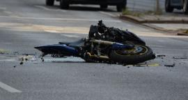 Niebezpieczny wypadek w Toruniu. Motocykl zderzył się z samochodem osobowym