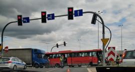 W Toruniu autobus uderzył w słup. Tworzą się duże korki!